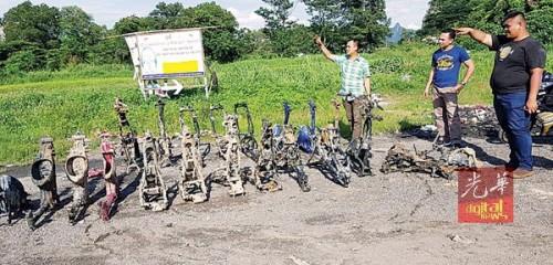 警方起获24个剩骨架的摩托车。