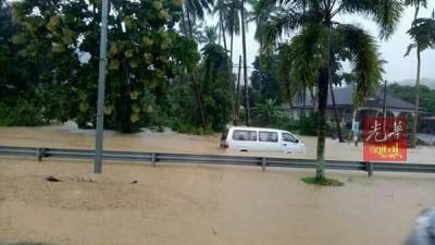 现罗交怡岛上多次条重要道路面对闪电水灾,水淹约0.3米至0.5米高。