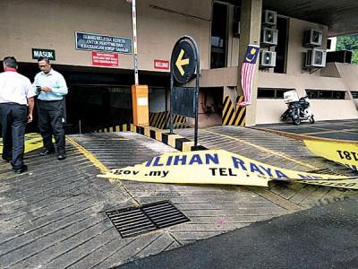 加央选举委会挂在一层楼高的塑料招牌被大风吹掉下地上。(郑成泉提供照片)