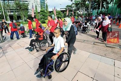1300名障友与家人们一起参与竞跑活动。
