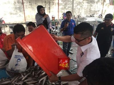 嘉玛售卖5公吨的4种类鱼,每公斤赚20仙,图收回成本。