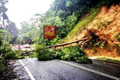 马泰边境旺吉辇山的路段,有树倒塌。