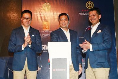 """邓章钦(左起)、阿兹敏阿里与哈山也""""2017年雪州国际商贸峰会 """"主办开幕仪式。"""