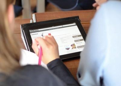 新一代大学生在智能手机时代成长。