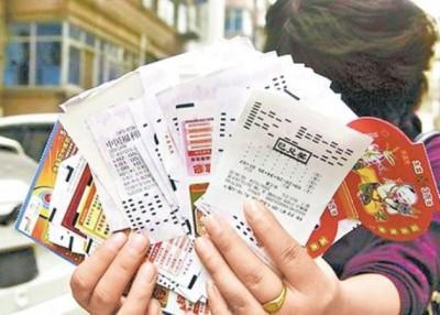 不少中国民众喜欢买彩票。