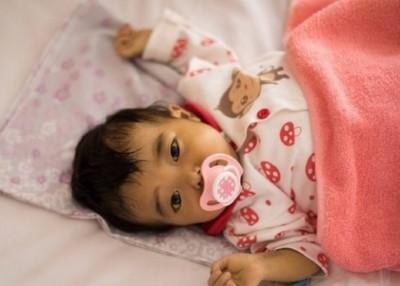 小梦涵十分可爱,但在病魔的折磨下,如今只能待在医院治疗。