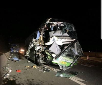 旅行巴士车头严重毁烂。