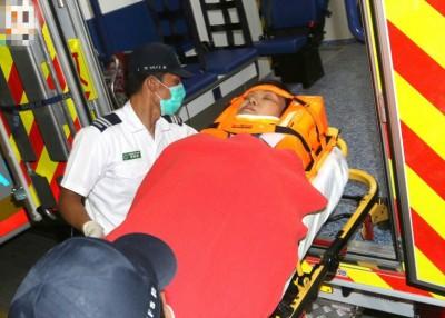 有女伤者抵港后需用担架送院。