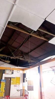 小娄华益学校食堂天花板遭白蚁侵蚀,受昨天突坠落,所幸未酿成任何伤亡报告。