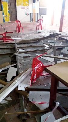 坠落满地的天花板。