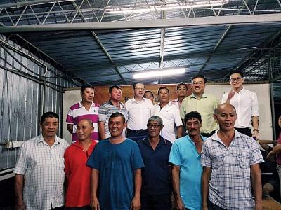 林冠英(第二排左3)、再里尔(第二排右起)、黄汉伟与槟城水坝半山板厂面大伯公神坛理事们合照。