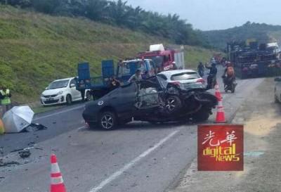 涉及轿车皆被撞得毁不成形,情况骇人。