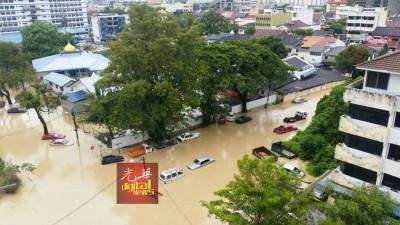 东北县警区总部遭泛滥的河水包围。