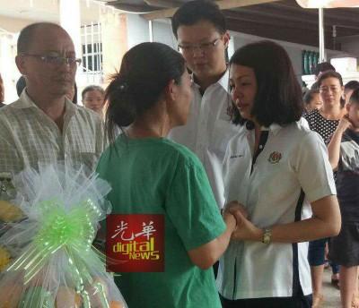 蔡智勇(后右2)偕同夫人叶丽云(后右)慰问张进圣(左起)和陈秀梅夫妇。