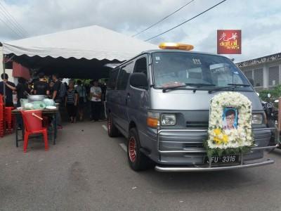 约200名亲朋好友亲友和居民送张竤斌最后一程。