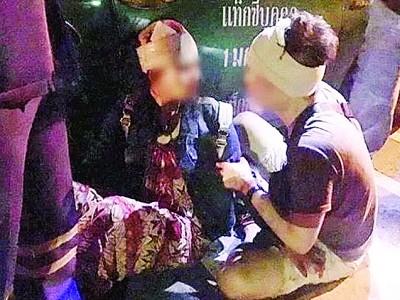 半名中国游客在路口遇袭。
