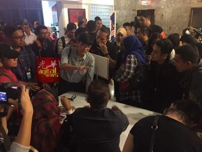 巨大媒体聚集在巫统大厦,等待换取特别准证,为收集纳吉开的专门记者会。