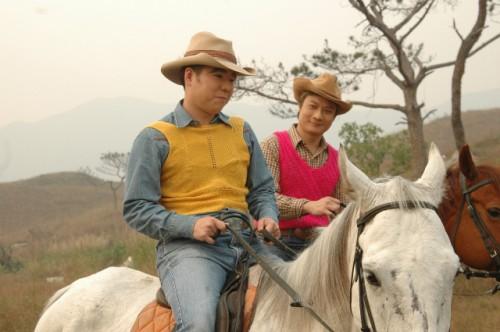 钱嘉乐(右)和林晓峰2006年主持的节目《囍趣台》有许多恶搞桥段。