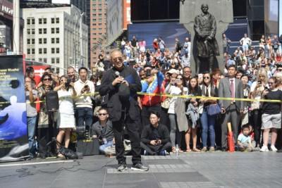 李连杰现身纽约时报广场引众人围观。