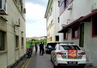 一辆汽车因多天停放在商业区后巷,加上汽车零件被盗走,遂而揭发为报失车。