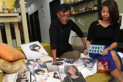 麦俊华和继母陈美欣看着有关嘉敏的物品,心情倍感忧伤。