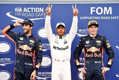 """奔驰车队的汉密尔顿(中间)兴奋的打出双""""V""""的阿胜利手势,庆祝在F1史上成为杆位王。"""
