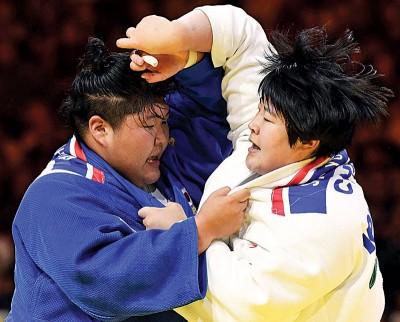 于颂(右)为中国队夺得本届柔道世锦赛开赛以来的首枚金牌。