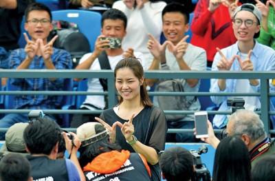 李娜亮相武汉网球赛与球迷互动, 全程笑容可掬。