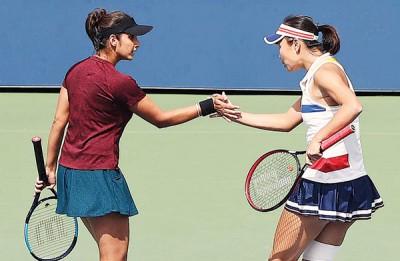 中国金花彭帅(右)搭档印度球员米尔扎晋级女双半决赛。
