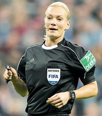 现年38岁的女裁判比比安娜将执法柏林赫塔与不来梅的比赛。