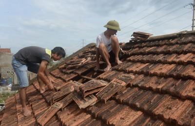 群众在风暴过后忙于修理房屋。(法新社照片)