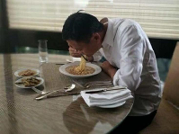 马云吃咸菜、大蒜配即食面的照片吸引500万网民观看
