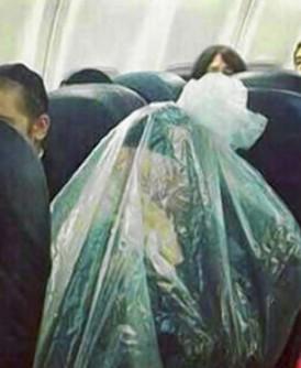 以色列超正统派犹太教徒为维护圣洁性,用塑胶袋包裹全身搭飞机。