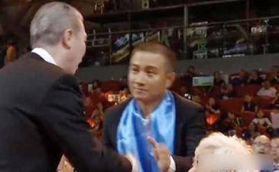 冯小刚当与文章握手时绕过他,只是网友强调他左手有握着文章没有伸出来的那么手!