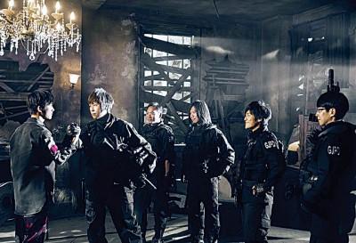 五月上《扬威在望》MV特邀易烊总章(左)合作演出。