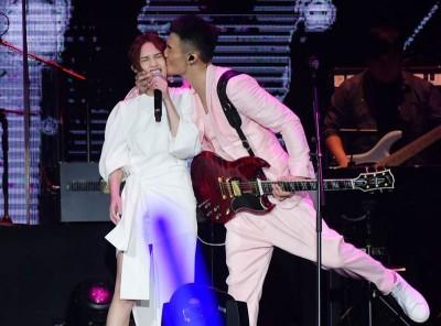 李荣浩在演唱会上,霸气搂住杨丞琳深深一吻。