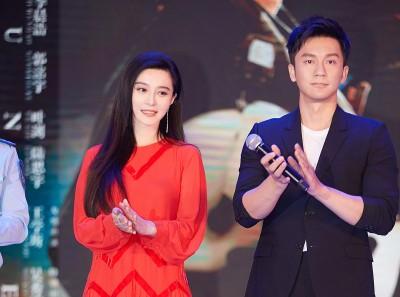 范冰冰接受李晨求婚,小俩口一同宣传新片《空天猎》,大方放闪、所到之处都成为焦点。