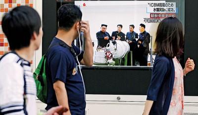 朝鲜进行新一轮核试炸震惊全球,日本东京民众周日观看有关新闻报道。