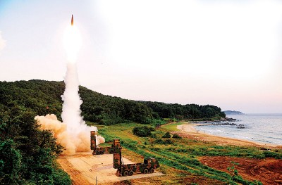 韩国陆军在周一早上演习中发射玄武2A型导弹。(法新社照片)