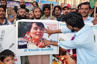 巴基斯坦民众周五举行示威活动,抗议罗兴亚人遭到迫害,并要求褫夺昂山素姬的诺贝尔和平奖。(法新社照片)