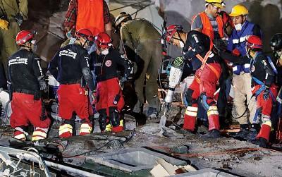 救人员以平等所倒塌商业楼宇的瓦砾中搜救。