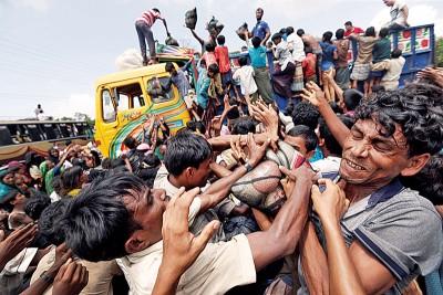 孟加拉科克斯巴扎尔难民营人满为患,罗兴亚难民靠争抢救济食物度日。