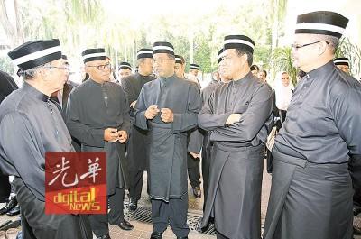 赞比里(中)、霹雳州秘书拿督阿都布哈(右2)于上午11时许来到怡保阿里端皇宫。