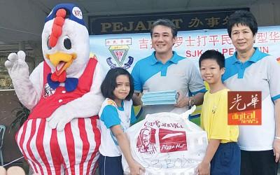 郑祥华当谭月华校长的伴随下,拿800盒炸鸡移交给学生代表。