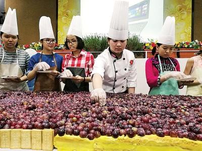 叶欣宜(右2)与学生们一起动手点缀蛋糕。
