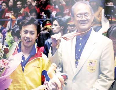 2002年,何诺宾(左)为马创下首面武术金牌。这一幕深深印在纪永辉的脑海里。