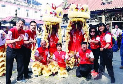 《光明日报》大众事务经理邱智坚(左1)带本报醒狮团到醒狮点睛仪式。