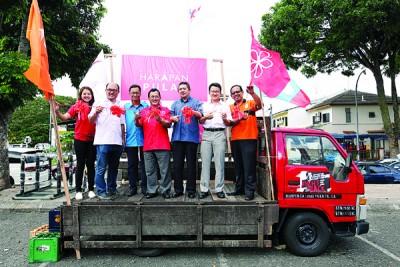 廖彩彤(左起)、邹裕豪、赛夫、奥斯曼沙比安、沙拉胡丁、刘镇东和苏海山为希望联盟流动讲台进行推介礼。