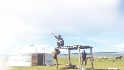 寄宿在游牧民族的蒙古包的日子,小孩成天骑着马赶牛羊,闲暇之余玩着泡泡。