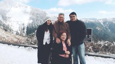 Ireen(左1)受母亲(前排坐轮椅者)影响至深,这是她和母亲去过最遥远的旅行,全家人第一次在雪山前照相,也是最后一次。